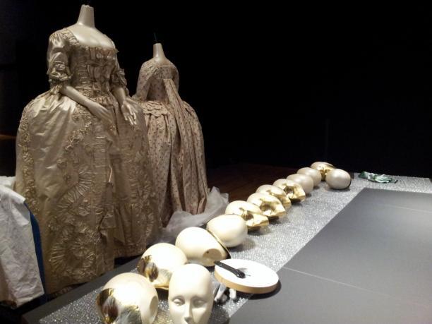 Afb. 3 Hoofden liggen te wachten tot ze worden bevestigd. Alle poppen in deze zaal kregen een gouden masker om de beklemming die van de kostuums uitgaat te benadrukken. Foto: Birthe Weijkamp.