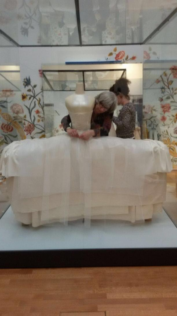 Afb. 4 Restauratoren Mieke Albers en Marjolein Koek zijn bezig met de constructie die de brede rok van de japon van Helena Slicher in model moet houden. Foto: Team textielrestauratie Rijksmuseum.
