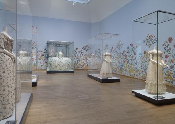 Afb. 6 De zaal Feest! Met de japon van Helena Slicher. De foto van Erwin Olaf is te zien in de spiegel achter de jurk. Foto: Carola van Wijk.