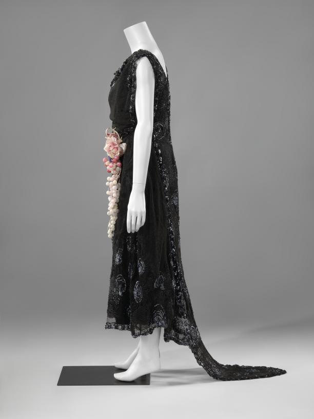 Afb.3 Zijaanzicht van de japon van Yteb, 1919-1922, collectie Rijksmuseum.