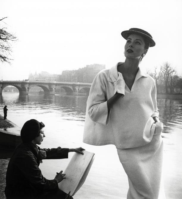 Blog Modemuze Annabel Hoyng - Van der Meijden. Louise Dahl-Wolfe Suzy Parker bij de Seine, 1953