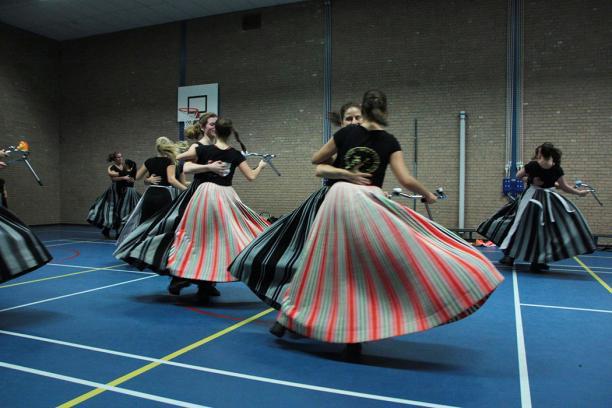 Blog Modemuze Dansen in kraplap. Dansen in Volendammer kostuum. Foto Wijnand Karel 5