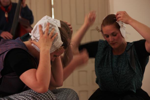 Blog Modemuze Dansen in kraplap Holland Amerika met Arnemuider muts. Foto Wijnand Karel 8