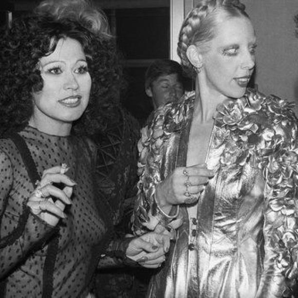 Blog Modemuze door Sterre Snijders. Mathilde Willink en Fong-Leng van modemuzen tot mecenaat. Fong Leng en Mathilde Willink in de foyer van Carré, Amsterdam 1974. Foto Philip Mechanicus