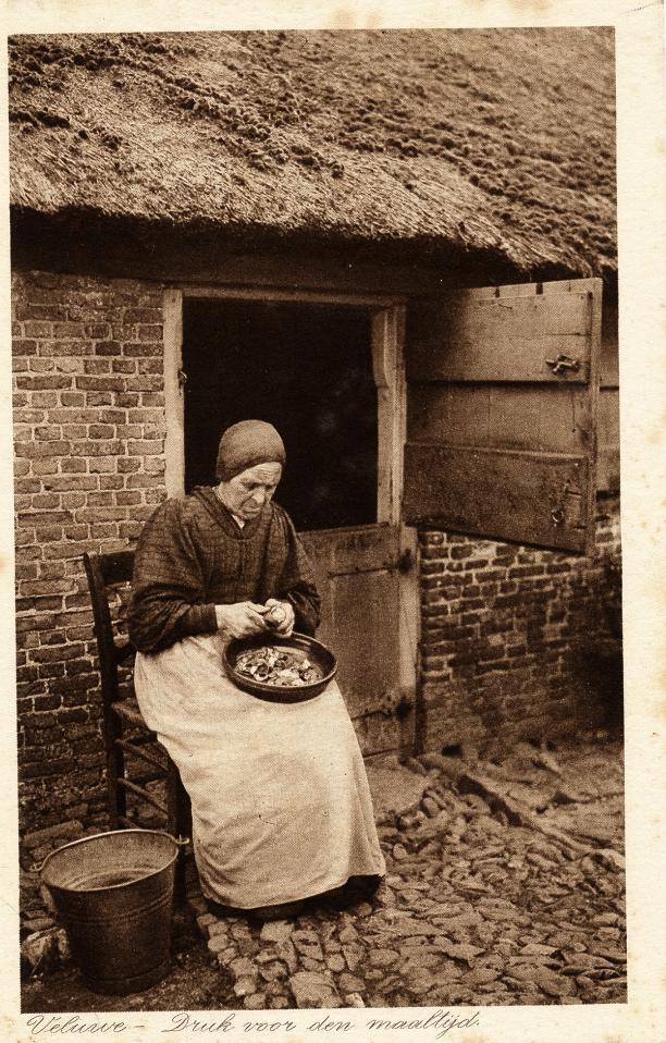 Blog Modemuze Jacco Hooikammer Ansichtkaarten Nederlandse streekdrachten visuele bron. Collectie Openluchtmuseum nr. AA 177711