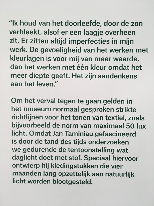 'Experiment' quote van Jan Taminiau en informatieve wandtekst. Tentoonstelling 'Jan Taminiau Reflections'. 2018. Centraal Museum Utrecht. Foto: Judith van Hilten