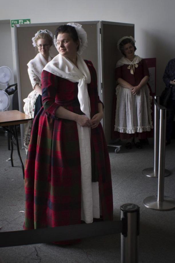 Helemaal aangekleed met fichu en arasaid (de mantel van tartan over de linkerschouder).
