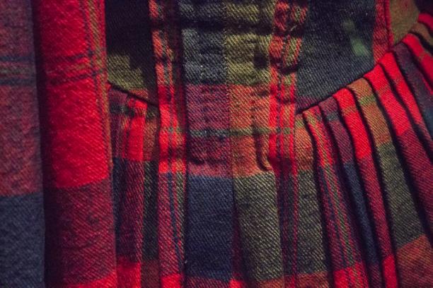 Detailfoto van de geplooide rug van het origineel. De plooien van het achterpand lopen door in de rok.