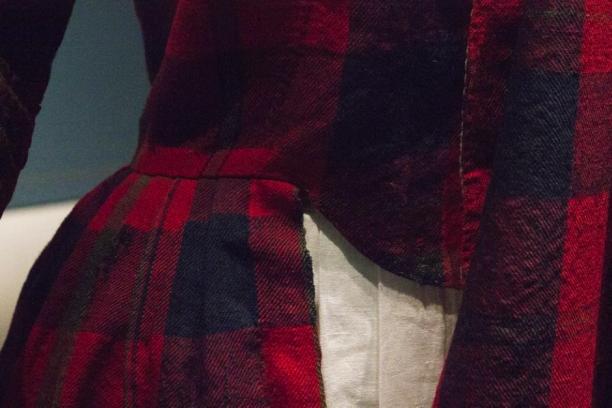 Een detail van de originele jurk, waarbij je kan zien dat de rokopening de zelfkant van de stof is.