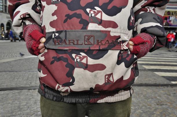 Blog Modemuze Roberto Luis Martins Afb. 1.c 'Doggy' in jas met camouflage-print. Foto Piet Hermans