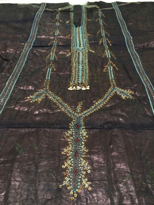 Blog Modemuze Sabine Bolk. Verslag Depot Tropenmuseum 2. Paars glimmende geborduurde tuniek