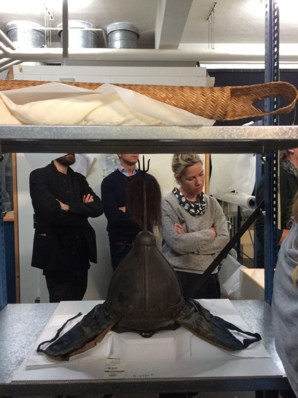 Blog Modemuze Sabine Bolk. Verslag Depot Tropenmuseum 8. Open Depotrondleiding in het Tropenmuseum met op de voorgrond de helm die bij het Chinese krijgersvest hoort