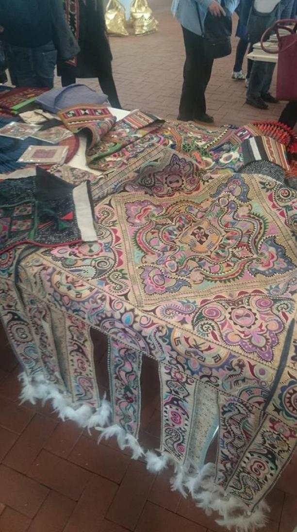Blog Modemuze Sjoukje Telleman Symposium Zijde Textielcommissie. Klederdracht van zijdevilt te bewonderen tijdens de pauzes