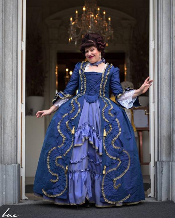 67fdf2ab39435a Op deze foto ben ik gekleed in een robe a la Francaise