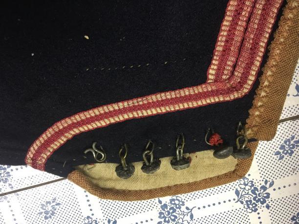 Detail steekmouw kostuum uit de collectie van het Marker museum, foto: Paulette Hoppenbrouwers