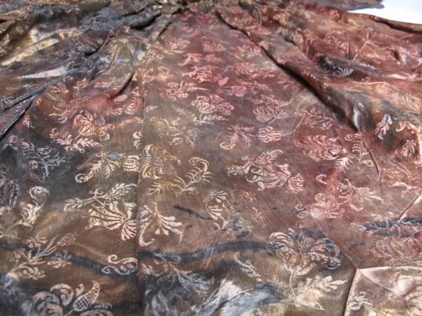Detail van het duidelijk zichtbare damast patroon (Foto: Emmy de Groot).