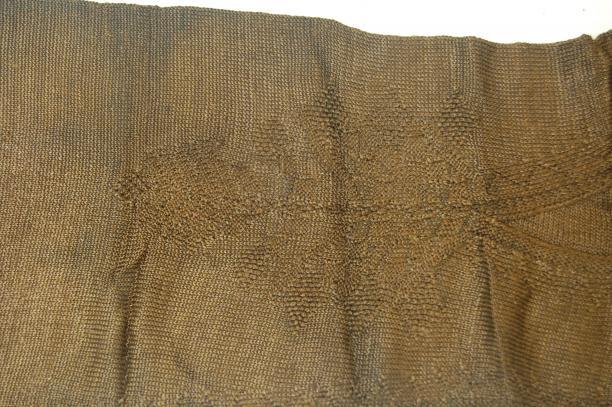 Detail van het ingebreide palmetmotief.