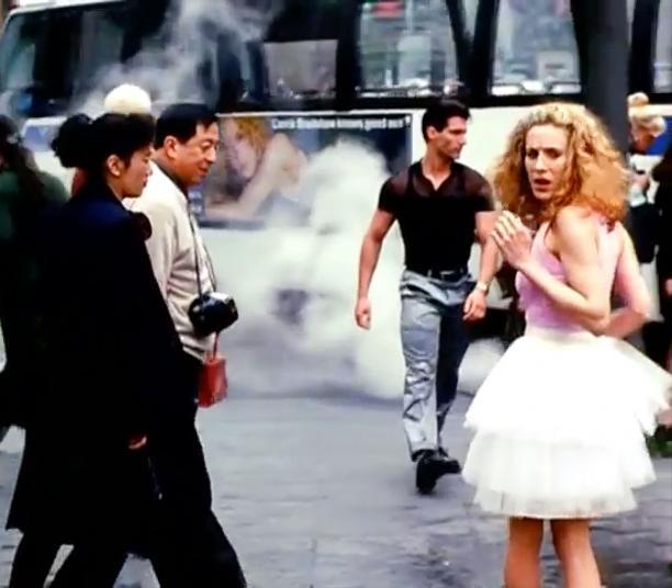 Carrie Bradshaw en de beroemde tutu in de openingcredits van Sex And The City.