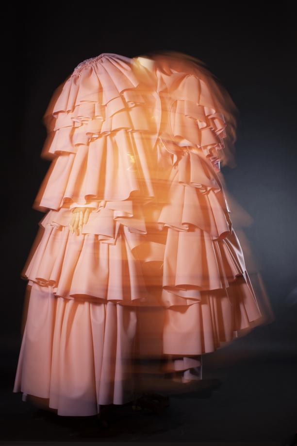 Ensemble in poederroze kunstvezel van Rei Kawakubo voor Comme des Garçons, herfst-winter 2016-17 2019.0003 © Lot Doms