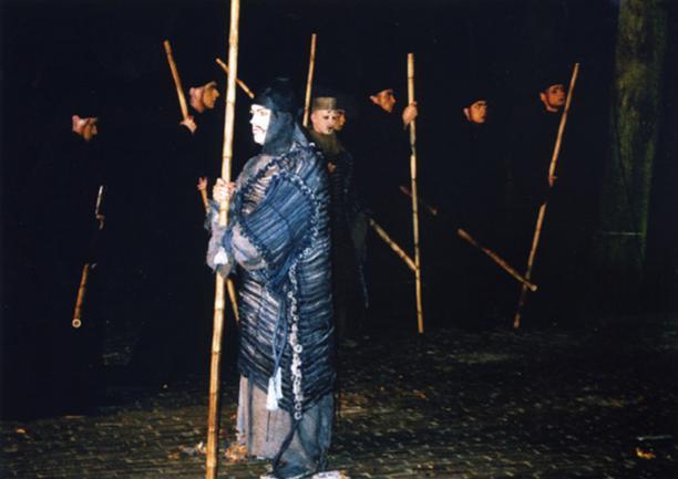 Scene uit de opera Curlew River uitgevoerd tijdens het Nazomer Festival in 2000.