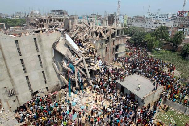 Instorting van een kledingfabriek in Bangladesh, 2013. Foto: ©A.M. Ahad/Associated Press. Bron: NY Times.