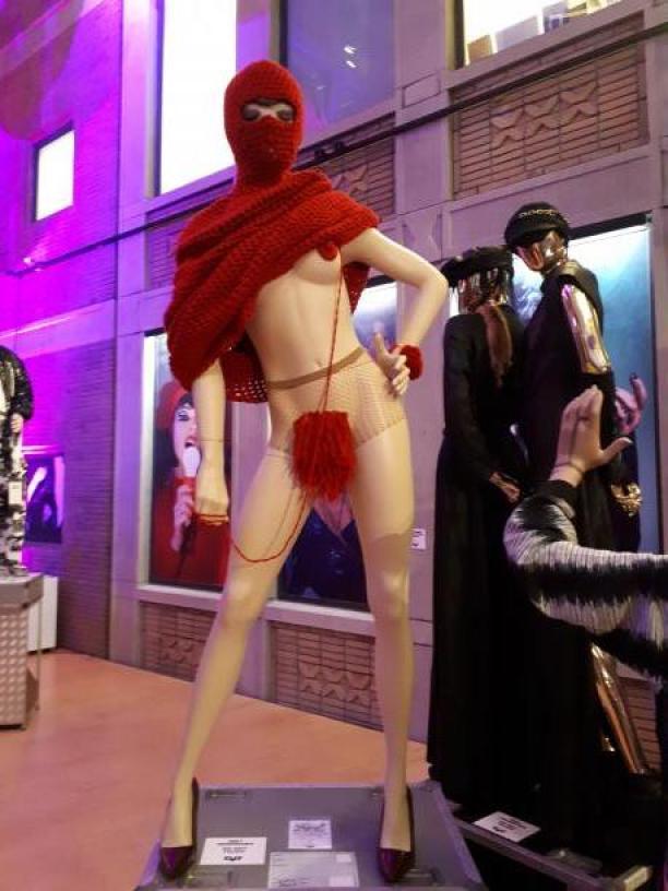 Performance Striptease Oud Hollands haakwerk van 'mijn moeder', 2016 / Concept en uitvoering Djoreen van der Meer, Foto Museum Rotterdam.