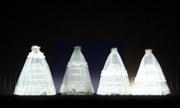 Scène uit '2 Lips and Dancers and Space', vier kostuums van Viktor & Rolf, viia: robertwilson.com.