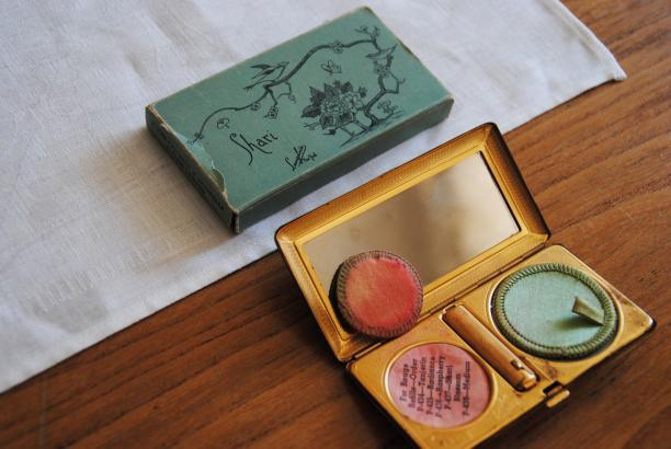 Foto 5: Make-updoosje met de naam van haar dochter. Foto: Debbie van der Wouw.