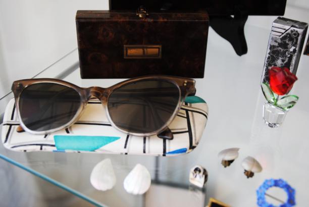 Foto 6: bril van grootmoeder met een aantal vintage accessoires. Foto: Debbie van der Wouw.