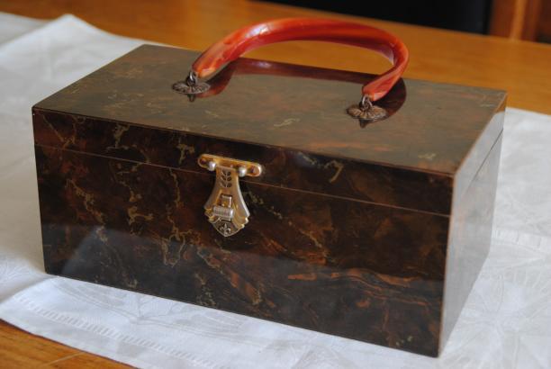 Foto 7: nieuwste aanwinst, de houten tas uit Amerika. Foto: Debbie van der Wouw.