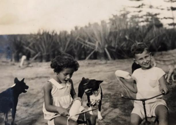 Afb. 10 Paul Sanders met speelmaatje in Celana Monjet. Bron: persoonlijk archief.