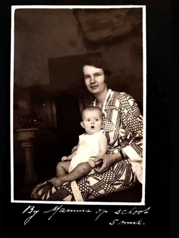 Afb. 6 Irma Pool (mijn oma) met Elizabeth Pool, in kimono. Bron: persoonlijk archief.
