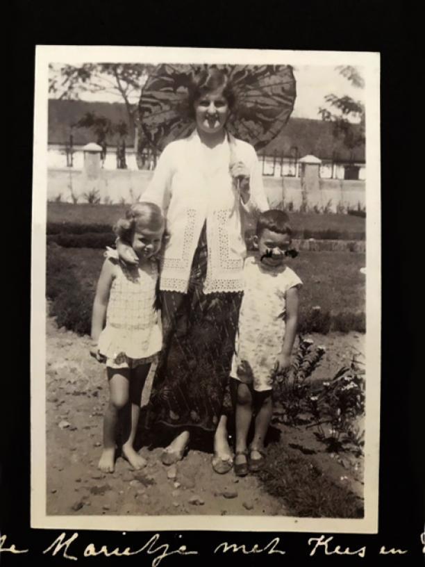 Afb. 7 Namen onbekend, Kinderen in een Celana [spreek uit als 'tjelana'] Monjet en moeder in Sarong Kebaya. Bron: persoonlijk archief.