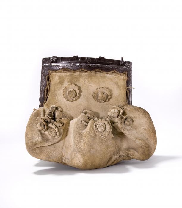 De oudste tas in het Tassenmuseum, van geitenleer, Frankrijk, 1500-1600