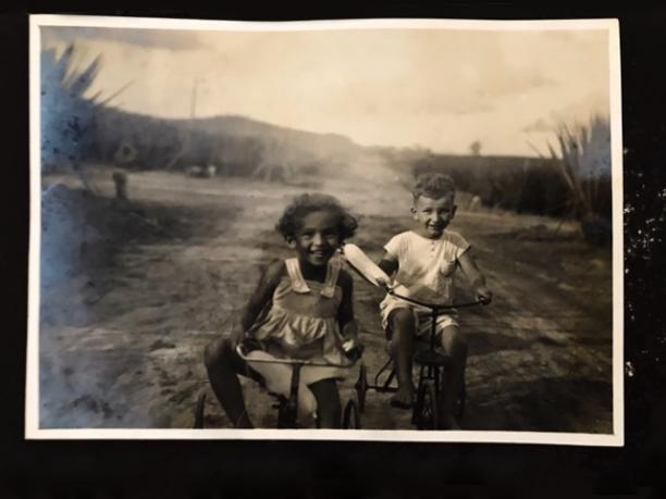 Afb. 9 Paul Sanders met speelmaatje in Celana Monjet. Bron: persoonlijk archief.
