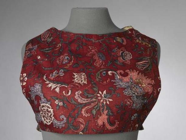 Sitsen vrouwenkroplap ofwel onderst, met grillig, 'bizar' bloemmotief op rode grond Handbeschilderde katoen, sitstechniek, India, 1700-1725 (Collectie Fries Museum T1957-492)