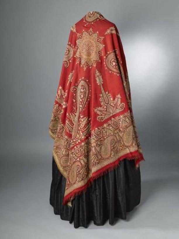 Afb. 3 Rode kamgaren wollen doek, met geborduurd kasjmierpatroon, Bruikleen De Ottema-Kingma Stichting, collectie Fries Museum (T1982-185). Zie database Modemuze.
