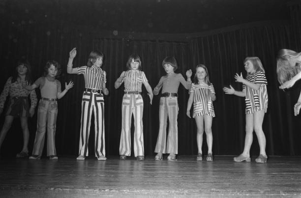 Bert Verhoeff, Kindermode van Barbara Farber, mimekunstenaar Rob van Reijn begeleidt de jeugdige mannequins, 14 februari 1973, Nationaal Archief / Fotocollectie Anefo.