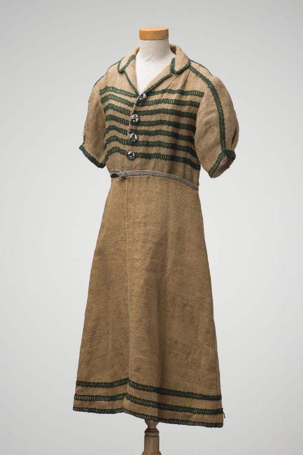 Jurk van jute. Collectie: Drents Museum, Assen, foto: JAV Studio's
