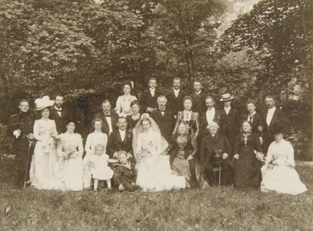 Afb. 5: H.J. Tollens, Groepsportret van het bruidspaar en de bruiloftsgasten bij het huwelijk van P. Blussé van Oud Alblas en W.C. Staring op 6 juni 1901, Regionaal Archief Dordrecht.