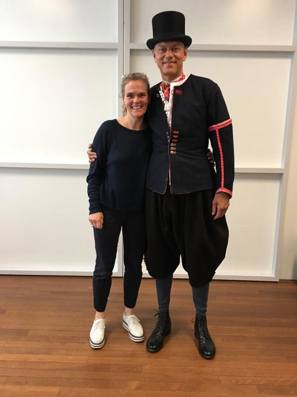 Dag van de eindbeoordeling Meesteropleiding Coupeur, samen met model Gaby in Marker Bruiloftsgastkostuum, foto: Paulette Hoppenbrouwers