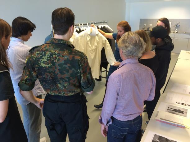Judith toont de mannencollectie van het Amsterdam Museum aan de studenten