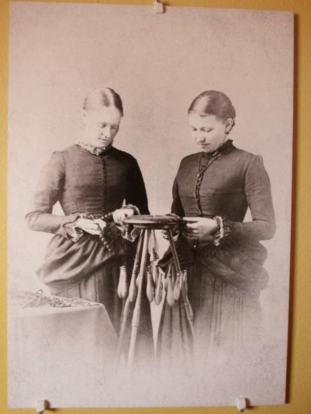 Foto waarop twee vrouwen haarsieraden maken, tweede helft negentiende eeuw