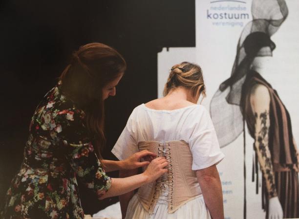 Aantrekken van de replica van crinolinejapon, gemaakt door Denise van der Vegt in 2005.
