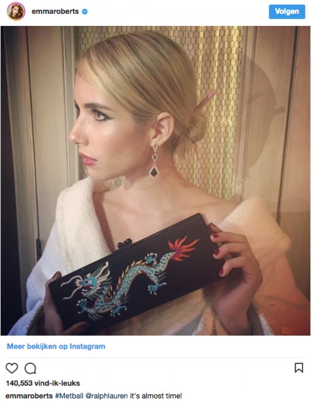 Actrice Emma Roberts liet zich voor haar Instagramaccount fotograferen met haar 'Chinese look'. Na de eerste kritiek op haar haarstokjes en handtas werd de foto van haar account verwijderd.
