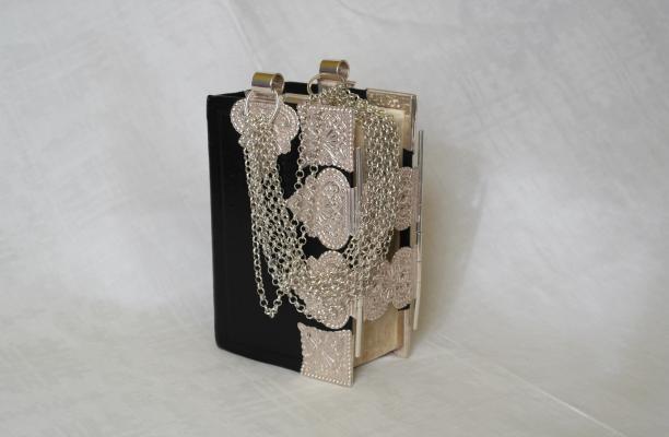 Kerkbijbel met zilveren beslag en draagketting uit 1969, particuliere collectie.