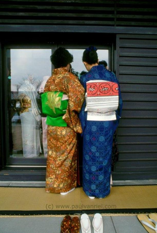 Afb.2: Aan de achterzijde zijn de verschillende stoffen van de obi en kimono het best zichtbaar. Obi's in taiko-stijl gevouwen, als een vierkant kussen. Foto: Paul van Riel, jaarlijkse theetheeceremonie-meesters ontmoeting, Taiheiji schrijn Osaka, 1999