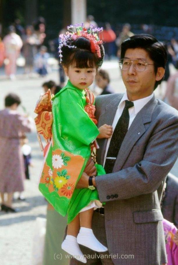 Afb. 3: Een drie jarig meisje met haar vader tijdens Shichi-Go-San. Foto: Paul van Riel, Atsuta schrijn, Nagoya 1997