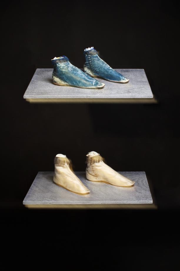 Enkellaarzen in blauw leer, ca. 1830-1840, 2013.0033 Enkellaarzen in ecrukleurig satijn, ca. 1830-1840 2013.0032 © Lot Doms