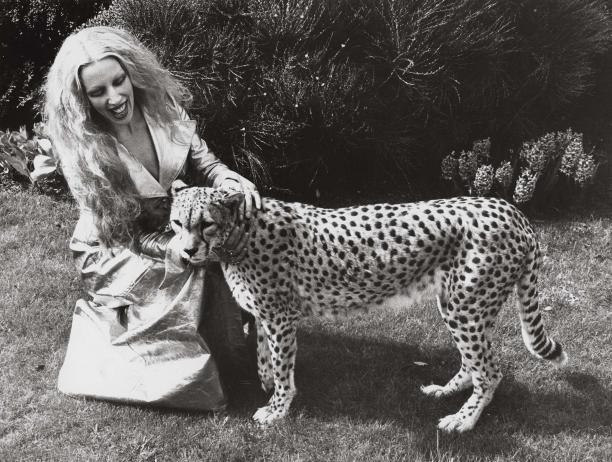 Mathilde met goudleren mantel van Fong-Leng uit 1972 en luipaard. Ca. 1970-1980. Archief Frank Govers, Gemeentemuseum Den Haag.